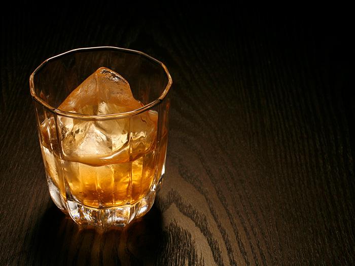 お酒がグラスに注がれている
