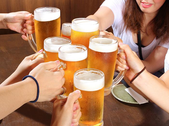 乾杯している男女